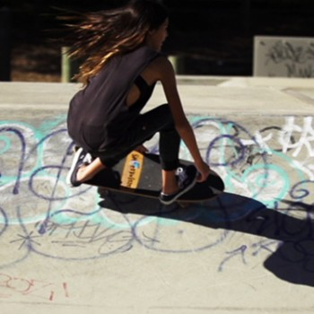 surfing-carve-lip-surfing-skateboard-sabina